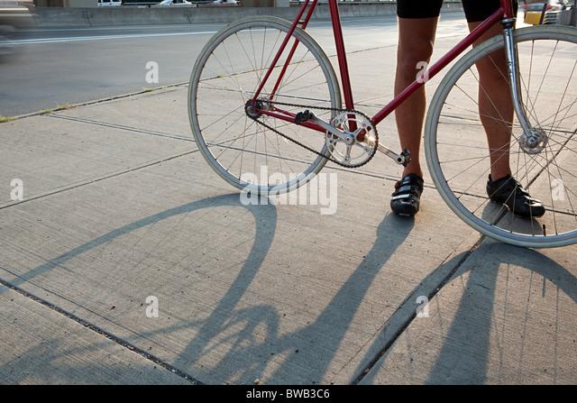 Radfahrer mit Fahrrad Stockbild