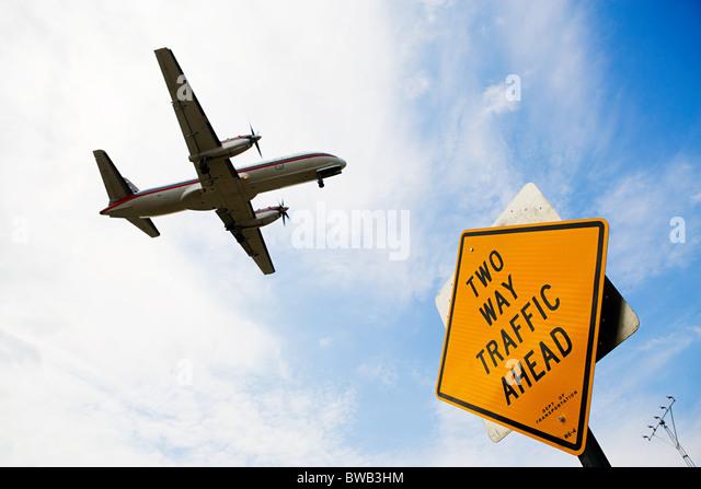 Flugzeug und Zeichen Stockbild