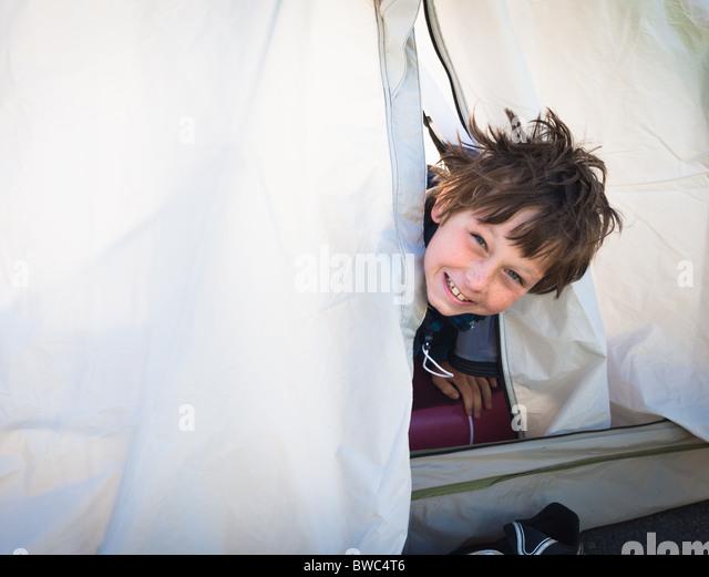 Jungen aus Zelt suchen Stockbild