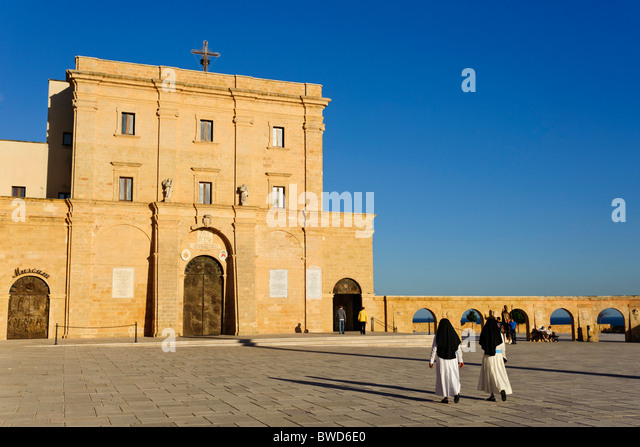 Zwei Nonnen, die zu Fuß in Richtung Chiesa di Santa Maria di Leuca, Apulien, Italien Stockbild