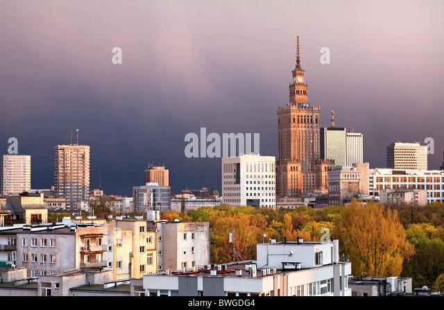 Warschau, die Hauptstadt Polens, mit Palast der Kultur und Wissenschaft, Srodmiescie Bezirk. Sonnenuntergangszeit Stockbild
