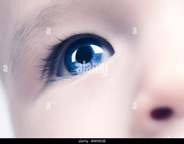 Nahaufnahme eines blauen Auges eines sechs Monate alten Baby-jungen. Digital verändert. Stockbild