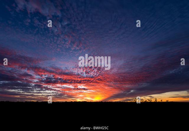 Sonnenuntergang über australische Outback-Landschaft Stockbild