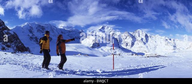 Paar Winter Wanderung Diavolezza nach der Sitzung Queder Winter Winterwandern zu Fuß Wandern Bergwandern Stockbild