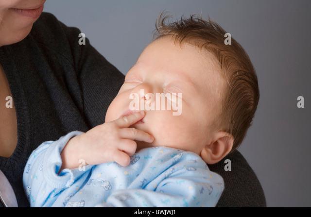0-1 Monat 1-6 Monate 2 30-35 Jahren 30er Jahre Erwachsene Erwachsenen Zuneigung zu Hause Babys Baby Care Pflege Stockbild