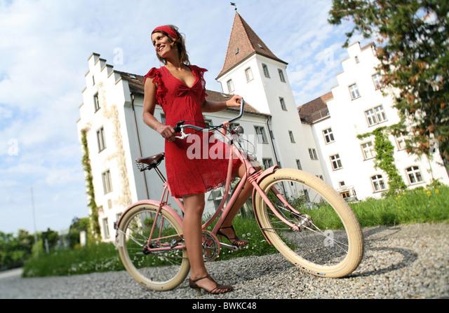 Retro-Fahrrad außerhalb Frau Lachen Lachen Pfützen Bike Fahrrad Rad Bike Fahrrad Stockbild