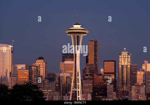 Skyline von Seattle Space Needle und Innenstadt von Gebäuden bei Sonnenuntergang mit City lights Seattle, Washington Stockbild