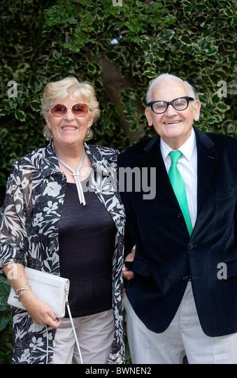Ronnie Barker und Frau Joy auf einer Promi-Party in Chelsea Stockbild