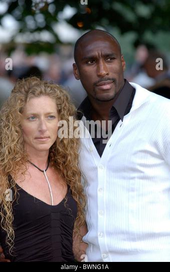 Fußballer Sol Campbell mit Freundin Kelly Hoppen, bei einem Promi-Sommer-Party in Chelsea, London Stockbild