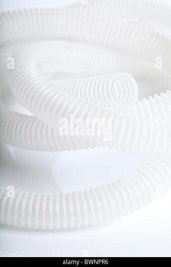 Rohr-Stromkabel auf weißem Hintergrund Stockbild