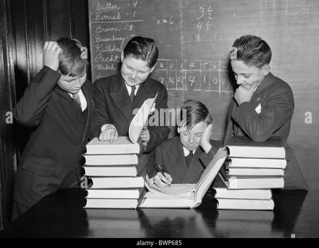 Vintage Foto ca. 1936 eine Gruppe von Schuljungen studieren Bücher in einem Klassenzimmer in Washington DC. Stockbild