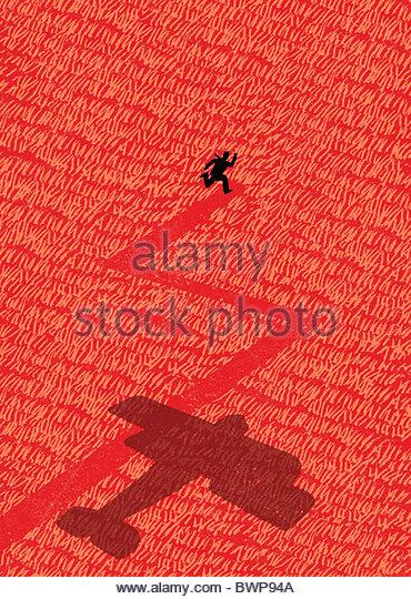 Altmodische Flugzeug jagt Man durch Feld Stockbild