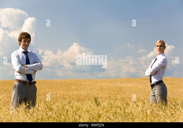 Zeitgenössische Geschäftspartner im Weizenfeld Stockbild