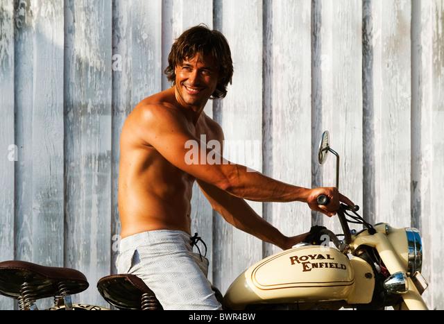 Mann oben auf alten altmodischen Motorrad Stockbild