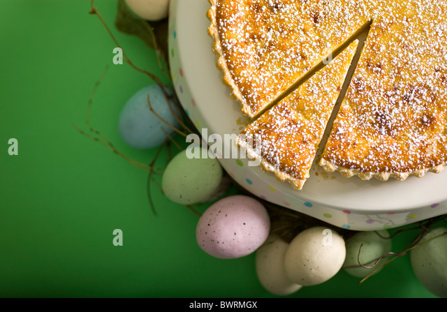 Schweizer gebacken Reis-Tarte mit Milch, Mandeln und Puderzucker. Stockbild