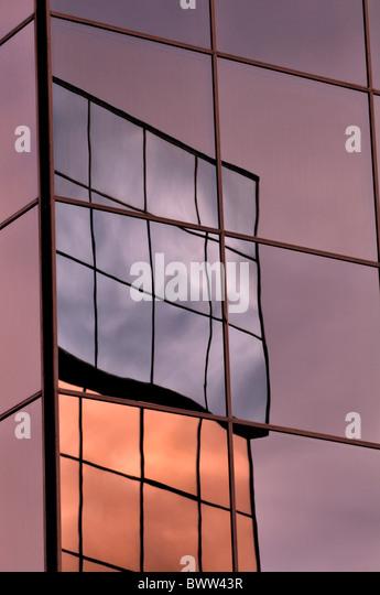 Reflexion von Gebäuden in Spiegelglas Stockbild