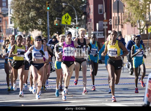 2010: weibliche vorderen Läufer auf der 10K markieren in New York City Marathon auf der 4th Avenue in Brooklyn. Stockbild