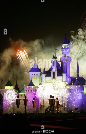 Feuerwerk leuchten Sleeping Beauty Castle, Fantasyland, Hong Kong Disneyland, Lantau Island, Hong Kong, China Stockbild