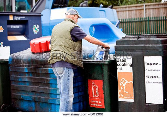 Ein senior woman recycling eine leere Ölbehälter Stockbild