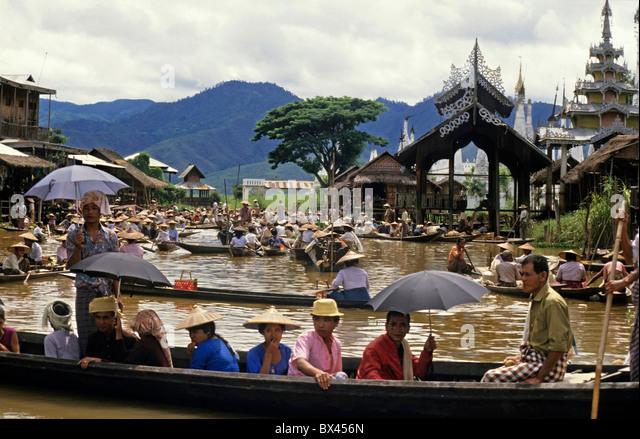 Intha Menschen auf Booten an der Yumana Floating Market am Inle-See, Nyaungshwe Township, Taunggyi Bezirk, Shan Stockbild