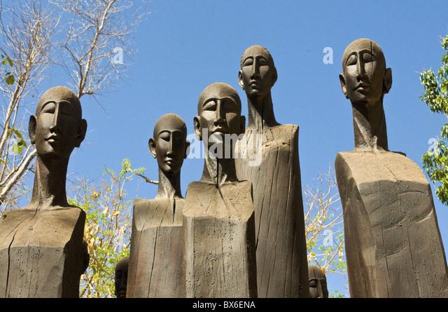 Hölzerne Statuen am Eingang des Ankarafantsika Nationalpark, Madagaskar, Afrika Stockbild