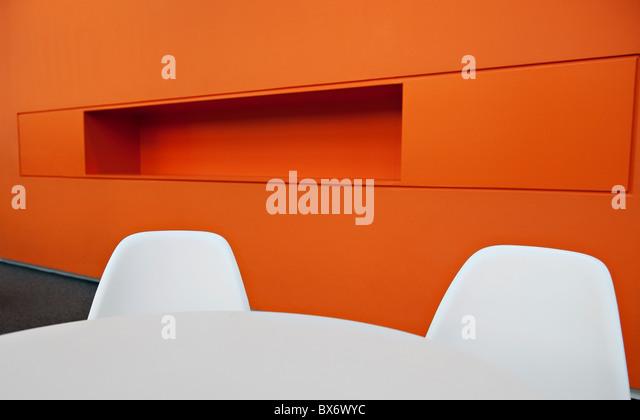 Sehr bunte ultra modernen minimalistischen Designer Büromöbel in einem modernen Bürogebäude Stockbild