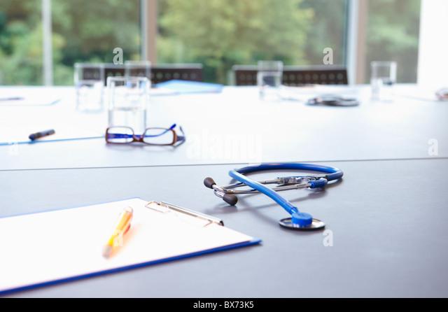 Stethoskop und Möbel auf Tisch Stockbild