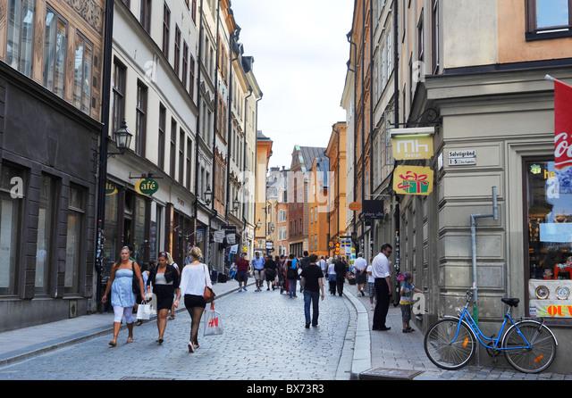 Zentrale Straße von Gamla Stan mit vielen Touristen. Schweden Stockbild