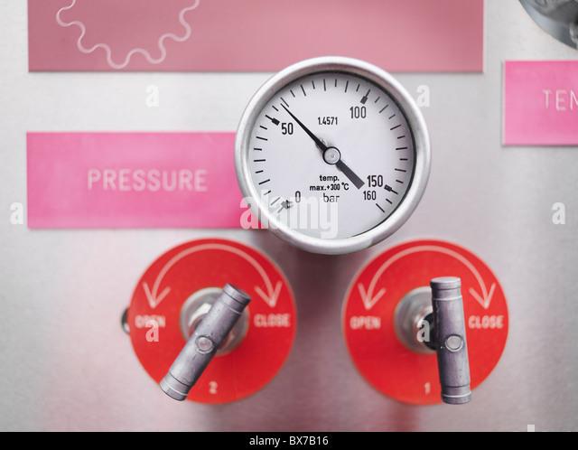 Messgeräte und Ventile bei Lagerung Gasanlage Stockbild