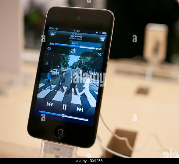 Ein Ipod auf dem Display in den Apple Store Spielen Abbey Road von den Beatles Stockbild
