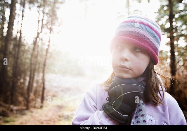 Süße junge Mädchen in Winterkleidung im Wald Stockbild
