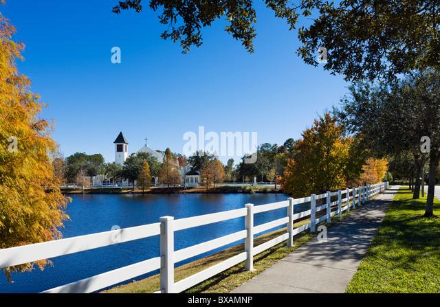 See mit Blick auf Kirche in der Nähe zum Zentrum von Disney Zweck gebaut Township Celebration, Kissimmee, Orlando, Stockbild
