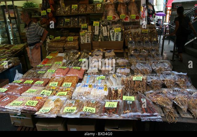 Getrocknete Meeresfrüchte für den Verkauf auf einer Straße in Tokio Stockbild