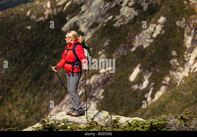 Eine sportliche weibliche Wanderer Wanderungen Franconia Ridge Trail. Stockbild