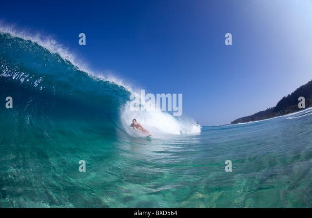 Ein Blick auf das Wasser von einem Surfer Mädchen in das Rohr, in Hawaii. Stockbild