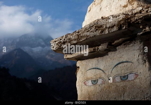 Die Augen eines Trail Seite Stupa wachen über Reisende in Nepal. Stockbild