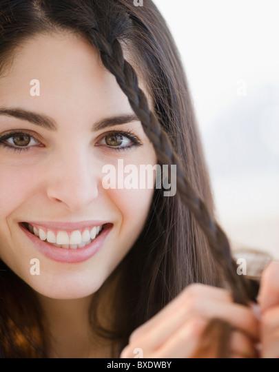 Junge Frau, ihr Haar zu flechten Stockbild