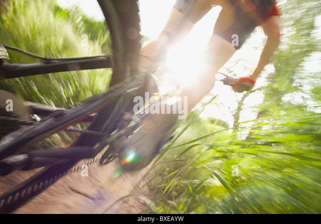 Radfahrer auf eingleisigen Strecke Stockbild