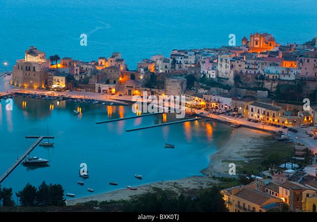 Blick über Hafen in der Abenddämmerung, Castellammare del Golfo, Sizilien, Italien Stockbild