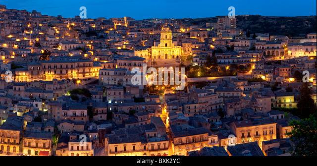 Blick auf Modica & San Giorgio Kathedrale (Barock), Sizilien, Italien Stockbild
