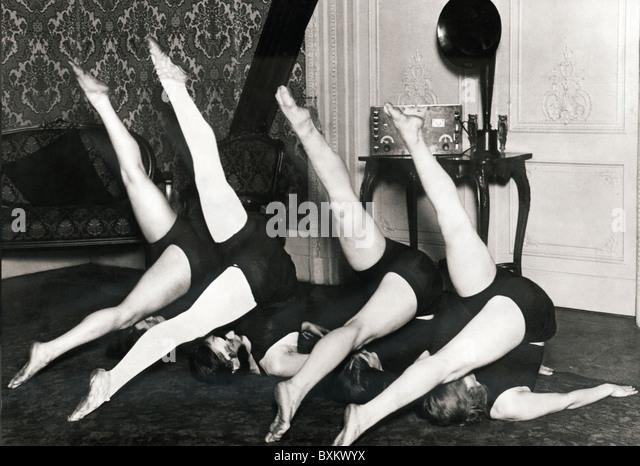 Sendung, Radio, Frau, üben Gymnastik zu Musik aus Radio, Deutschland, ca. 1926, 1920er Jahre, 20er Jahre, 20. Stockbild
