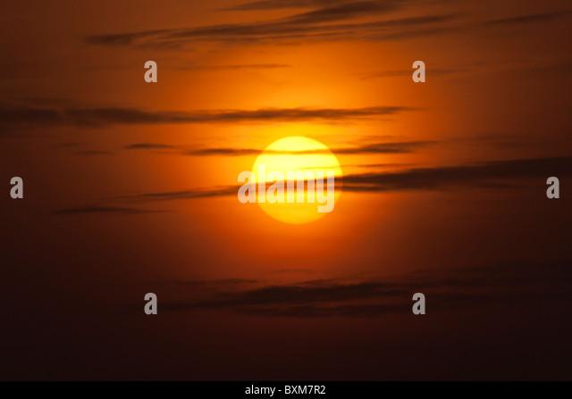 Goldene Sonne und Wolken Stockbild
