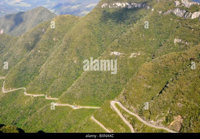 Klippen und gewundene Straße im Serra Rio Do Rastro, Lauro Müller, Santa Catarina, Brasilien Stockbild