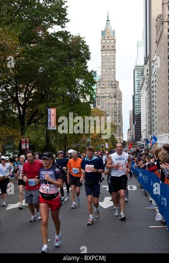 Läufer, die im Wettbewerb am Central Park South in New York City Marathon 2009 Stockbild