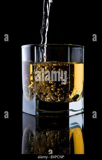 Glas Whisky auf einem schwarzen Hintergrund. Stockbild