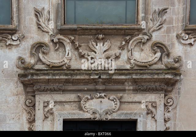 Friese auf dem zentralen Portal, Kirche San Francesco Lucini, Matera, Basilikata, Italien Stockbild