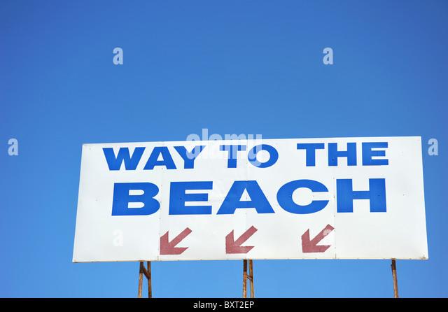 Melden Sie Regie Menschen an den Strand Stockbild