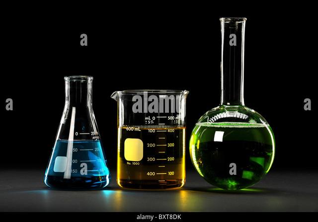 Laborglas mit Flüssigkeiten in verschiedenen Farben Stockbild