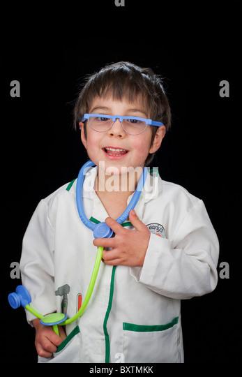 Porträt des 4-jährigen Jungen als Arzt verkleidet Stockbild