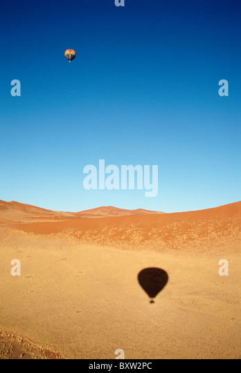Heißluftballon über Namib Wüste Stockbild